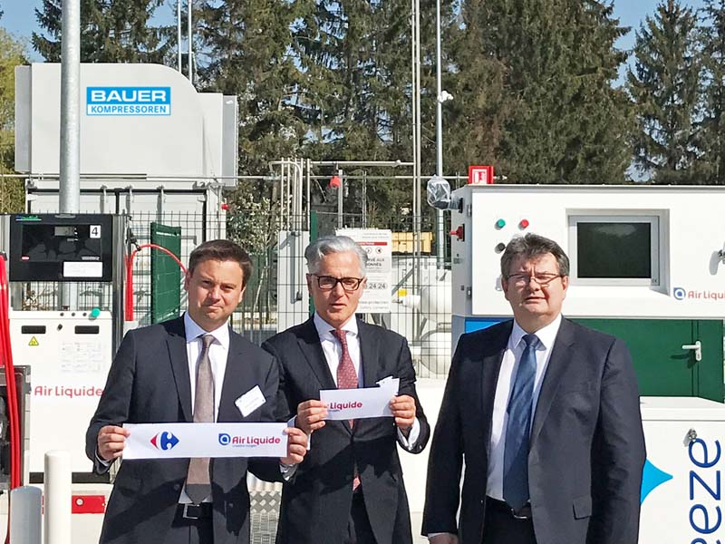 Die Eröffnung der neuen Biogastankstelle in Sevron, Photo von links: Xavier Pontone, Vice President advanced Business & Technologies/Air Liquide, Philipp Bayat, CEO/BAUER GROUP und Noël Prioux, Directeur Exécutif/Carrefour France.